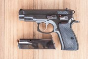 Policija oduzela puške, pištolj, municiju i biber sprej