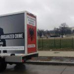 Kamion sa likom Đukanovića danas ispred Bijele kuće: Upoznajte čovjeka koji promoviše kriminal i korupciju!