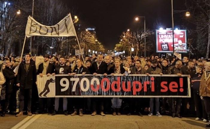 Više hiljada ljudi na protestu: Vrijeme je da odu i Milo i Duško!