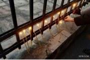 Obilježena godišnjica bombardovanja: Ispred Ambasade SAD-a građani palili svijeće
