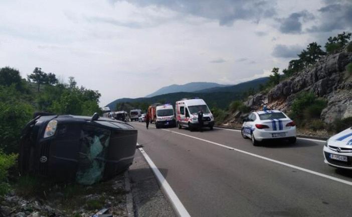 Teška saobraćajna nesreća u mjestu Cerovo: Sudar autobusa i auta, dvije djevojke poginule!