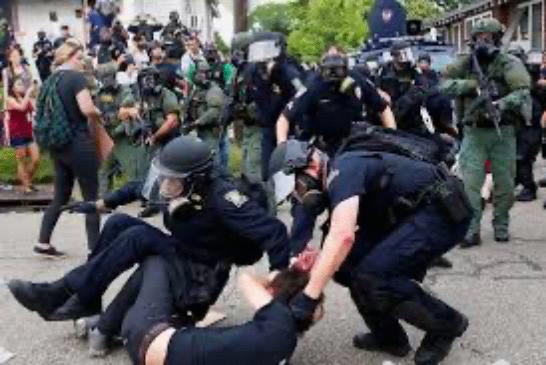Podrška kolegama: U SAD 57 policajaca dalo otkaz nakon nasilja nad starcem