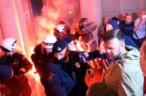 Dramatična situacija ispred Skupštine Srbije: Okupljeni bacili baklju i kamenice, a policija suzavac